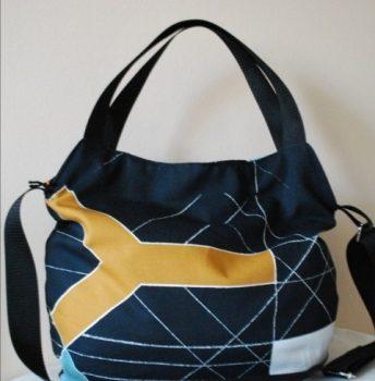 Fekete absztrakt mintás női táska